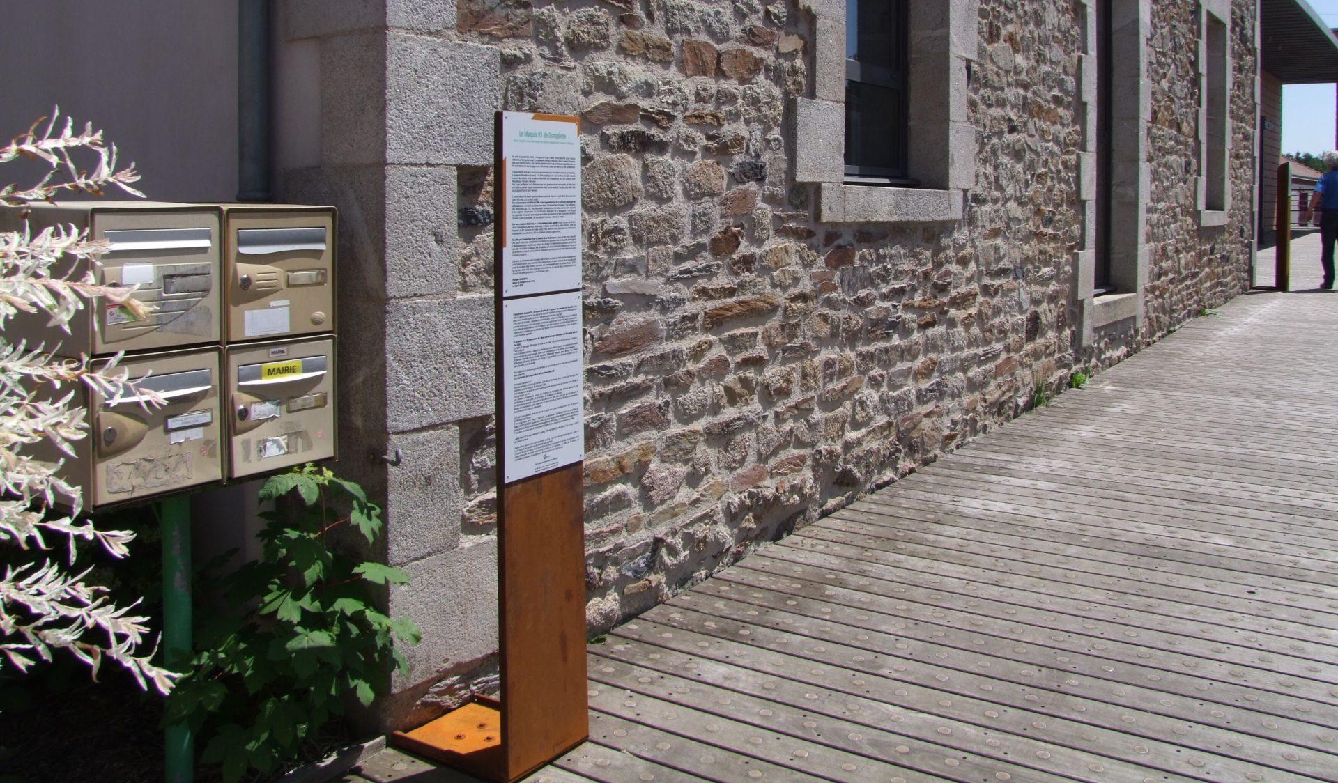 Les lutrins constitués de textes disposés dans l'espace public sont des invitations à la lecture extérieure, à la curiosité et au dépaysement…
